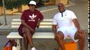 Samuel L Jackson a Magic Johnson na lavičce v italském městě, obklopeni...