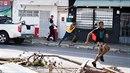 Rabující gangsteři utíkají před policistou na ostrově Svatý Martin.