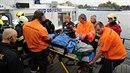 Záchranáři vyloďují tělo Jana Třísky.