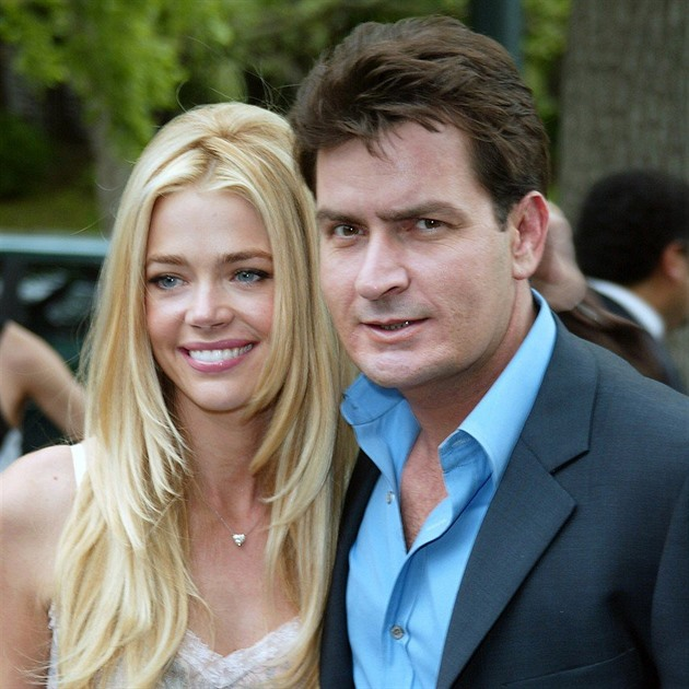 Denise Richards a Charlie Sheen v roce 2003