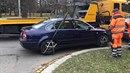 Auto, které řidič zaparkoval v křižovatce, strážníci nechali odtáhnout poté, co...