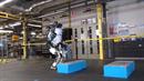 Robot Atlas má pohyby docela jako člověk.