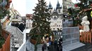 Nevkusné železné hrazení vzbuzuje spíše odpor než vánoční atmosféru.