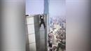Mladík spadl z mrakodrapu.