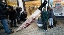 Na místo činu přicházejí obyvatelé Kandelu položit květiny.