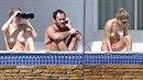Paparazzi vyfotili přítelkyni Jude Law bez vrchního dílu plavek.