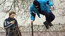 Zloděj skáče přes plot. Ilustrační foto
