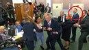 Vladimír Kruliš se ve chvíli útoku aktivistky na svého šéfa dobře baví.