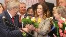 Prezident Zeman předává kytici své dceři.