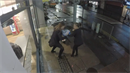 Dvě dívky ukradly pizzu.