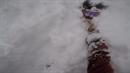 Snowboardista skočil do hlubokého sněhu a bojoval o život.