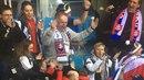 Luxusní VIP lože? Kdepak. Slovenský prezident Andrej Kiska fandil přímo v kotli.