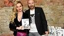 Kateřina a Tomáš s Řepkovou knihou Děkuji.
