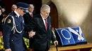 Miloš Zeman měl při inauguraci problém s chůzí.