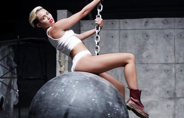 Miley Cyrus (videoklip - Wrecking Ball)