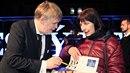 Režisér Marek Najbrt se podepisuje jedné ze svých fanynek.