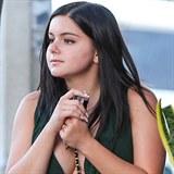 Mladá herečka kyne tolik, že má co dělat, aby ji během každodenní procházky...