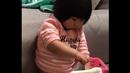 Holčička ví, jak si schovat jídlo.