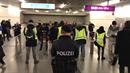 Rakouská policie v akci ve vídeňském metru.