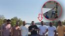 Tlupa cizinců a jejich foto v den napadení pražského číšníka.