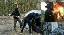 Ukrajinští neonacisté v akci při demolici romského tábořiště.