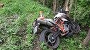 Motorkář vyjel u Písařova ze silnice a narazil do stromu.