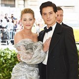 Lili Reinhart a Cole Sprouse na Met Gala 2018
