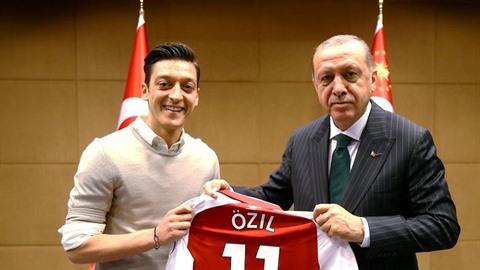Özil Erdoganovi věnoval svůj dres.