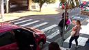 Záběry z bezpečnostní kamery ukazují, jak může dopadnout zloděj ohrožující...