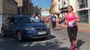 Plymouthský maraton měl nezvaného závodníka, závod narušila žena v autě.