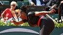 Serena Williamsová předvedla hodně netradiční obleček. Vypadala na kurtu jako...