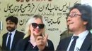 Tereza a její právníci. Vlevo je ten nejdůležitější z nich - Gull Hassan Khan.