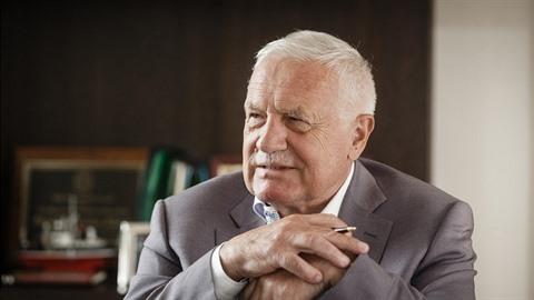 Václav Klaus se stydí za Česko.