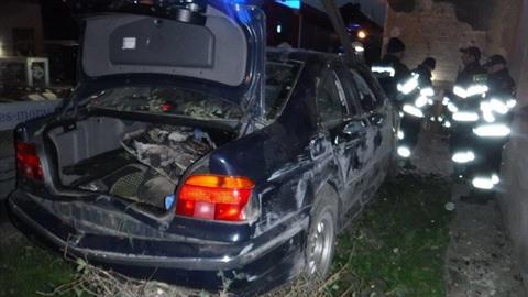 Auto narazilo do rodinného domu, hasiči pomáhali vyprostit jeho osádku.