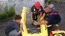 Karvinští hasiči zachraňovali mladou labuť, která se zamotala do silonu.