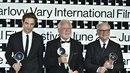 Karlovarští laureáti Robert Pattinson, Jaromír Hanzlík a Barry Levinson.