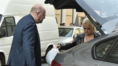 Michal Štika a jeho manželka Monika si vyměnili pár slov a igelitku.
