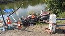 Motorkář i spolujezdec skončili po nehodě v Kolodějích nad Lužnicí v řece.