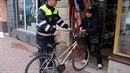 Strážníci prověřují, zda není dané kolo v databázi odcizených bicyklů.