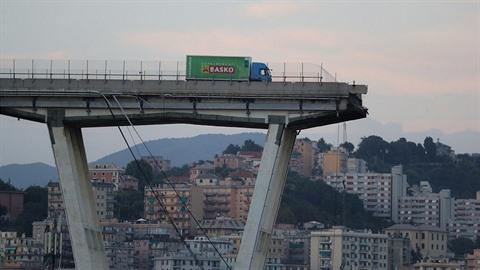 Muž nespadl z mostu jen zázrakem.