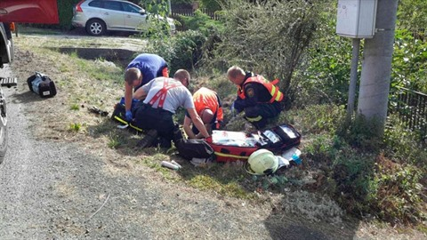 Motorkářka skončila po nehodě v Týně nad Bečvou zaklíněná v mostním propustku.