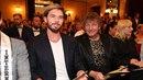 Matyáš Hložek sedí na čestném místě loňského vítěze Muže roku vedle tatínka...