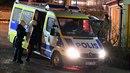 Policisté zasahují při nočních nepokojích.