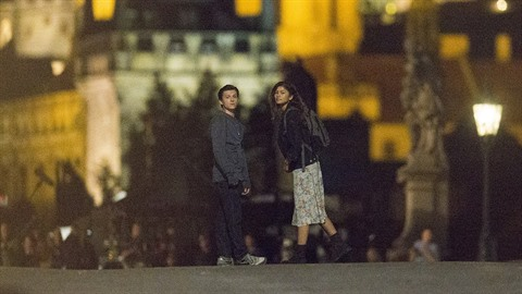 Tom a Zendaya na Karlově mostě.
