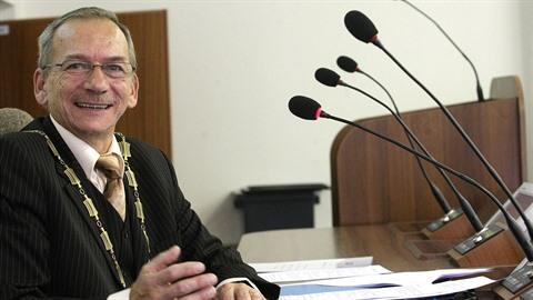Primátor Teplic a senátor Jaroslav Kubera je velmi zdatný řečník.