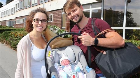 Vágner s manželkou si odvážejí malou Amelii domů.