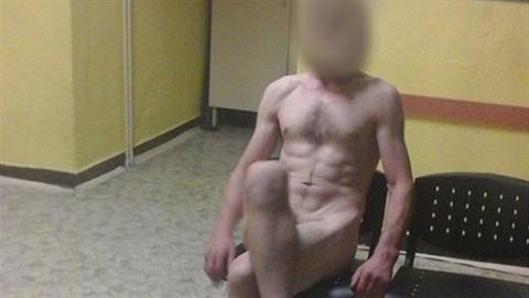 Muž protestoval proti zadržení. Svlékl se do naha!
