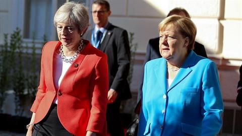Theresa Mayová na summitu v Salcburku neuspěla, oblékla se však slušivě.
