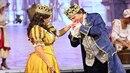 Pavel Trávníček jako král líbá ruku jedné z představitelek královny Daně...
