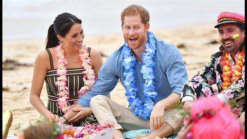 Meghan Markle a princ Harry na  pláži Bondi v Sydney. Pár se nedokáže ubránit...